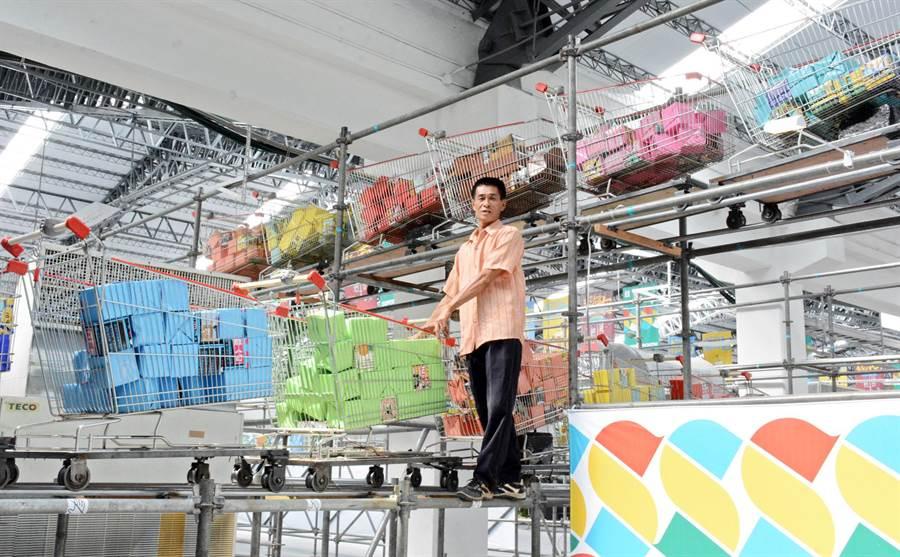 台灣設計展手推車裝置藝術,全靠掌中劇團長吳泳興一手打造。(林和生攝)