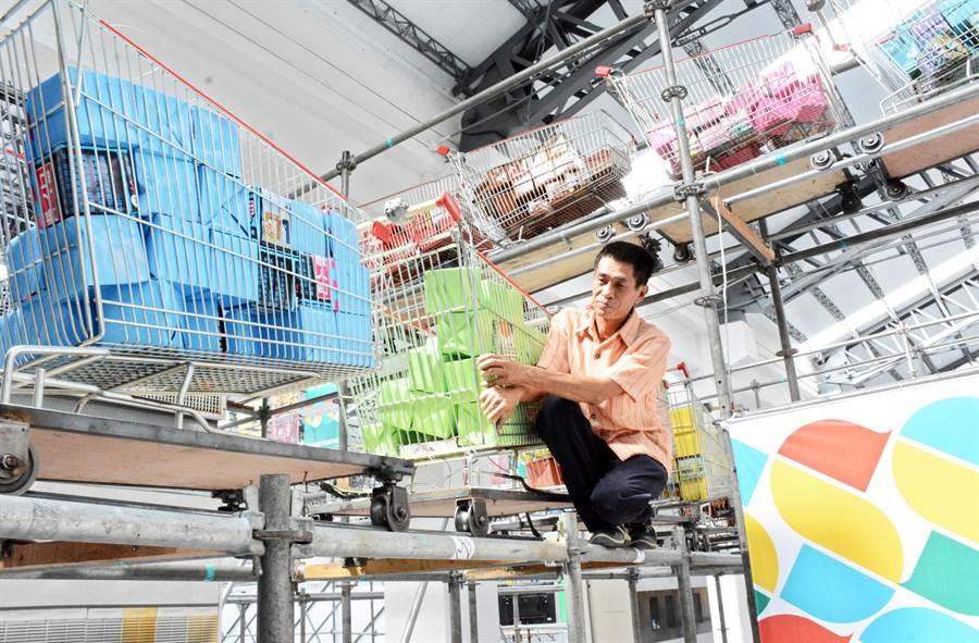 台灣設計展每日開展前,吳泳興爬上爬下不斷測試推車運行狀況,連細節都不放過。(林和生攝)
