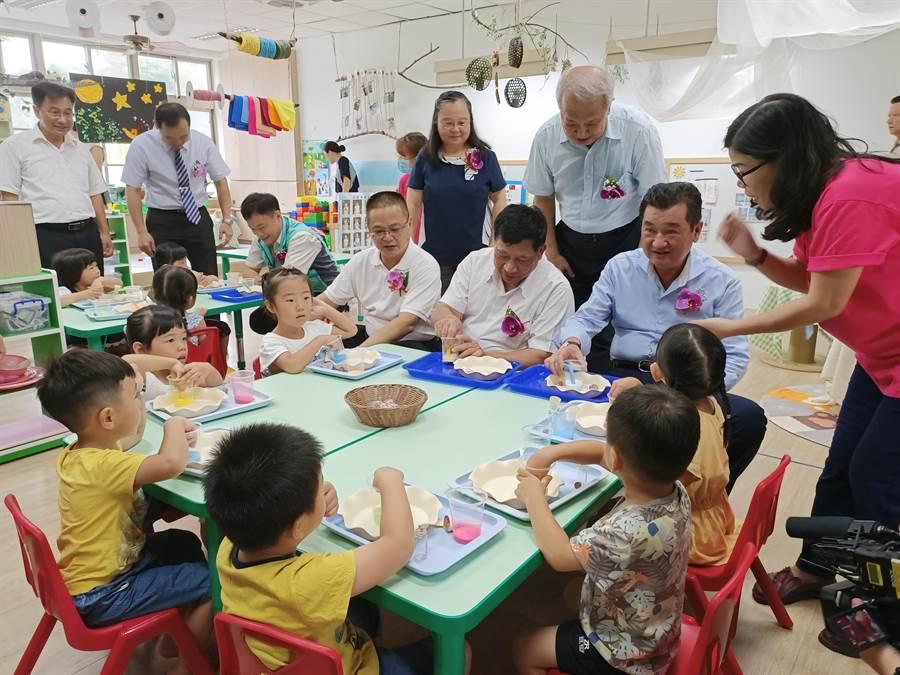 右起:草屯鎮長簡景賢、副縣長陳正昇與縣議員李洲忠等人一起與學童互動DIY課程。(張晉銘攝)