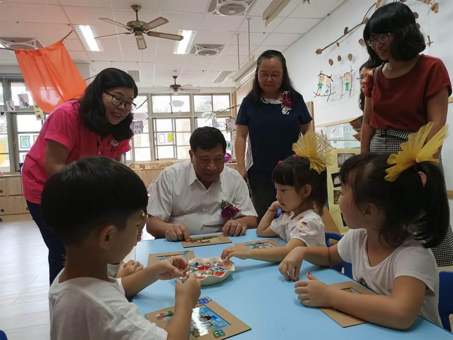 副縣長陳正昇(中)關心學童的上課情況。(張晉銘攝)