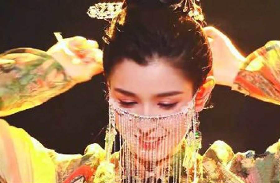就是這支敦煌舞,讓23歲的哈妮克孜爆紅。(翻攝自微博)