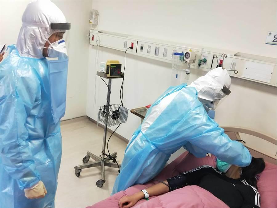 苗栗縣衛生局9日辦理伊波拉疑似病患收治應變演習。(苗栗縣衛生局提供/何冠嫻苗栗傳真)