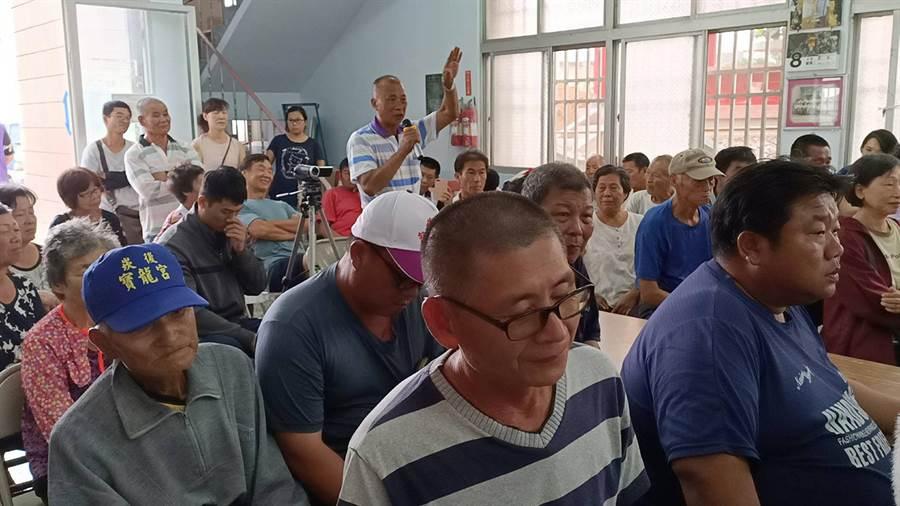 今日逾百位崁後、崁前及竹村里民到場向公部門及畜牧業者表達不滿。(張毓翎攝)