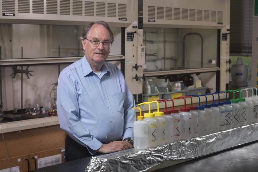 賓漢頓大學的惠汀漢博士,他設計了第一個鋰電池。(圖/賓漢頓大學)
