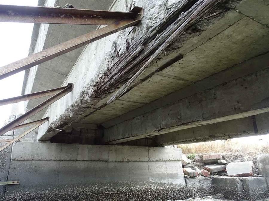 被封閉的台西鄉N11的大樑。(雲林縣政府提供)