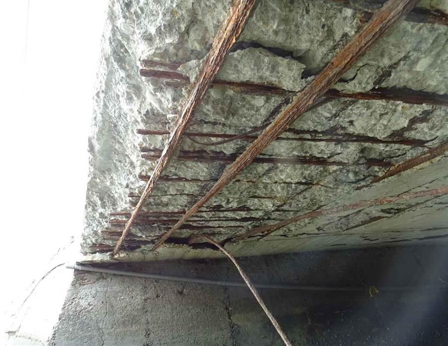 被封閉的口湖鄉N15橋面板。(雲林縣政府提供)