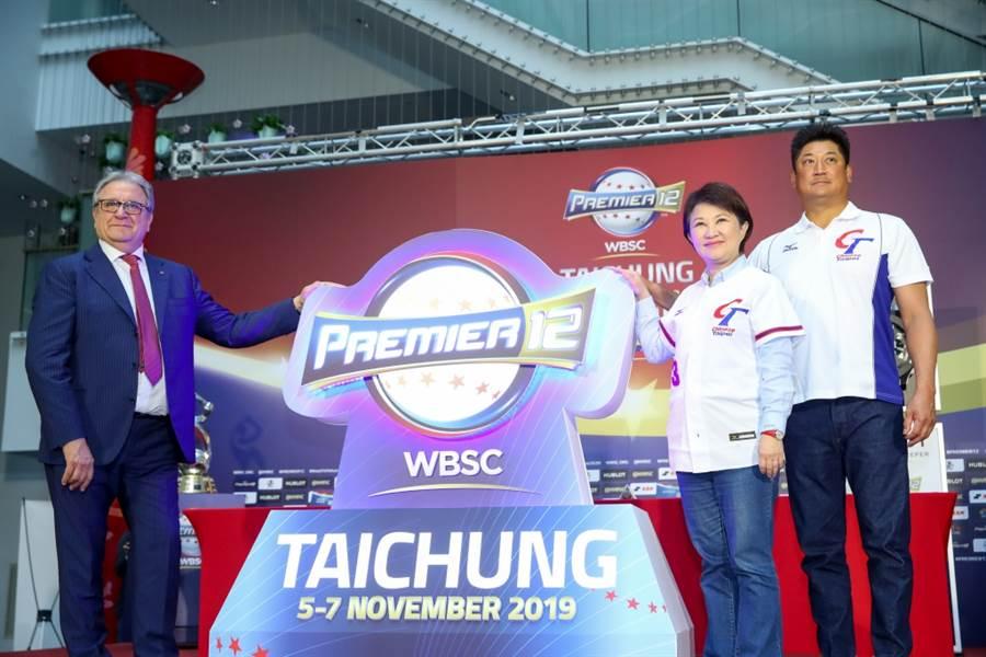 世界棒壘球總會會長Mr. Riccardo(左起)、台中市長盧秀燕、中華棒協理事長辜仲諒宣傳世界12強棒球錦標賽。(資料照/盧金足攝)