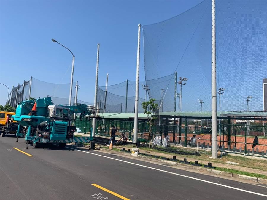 市議員謝美英出示多張上周會勘青埔壘球場照片,質疑工程收尾緊迫。(甘嘉雯攝)
