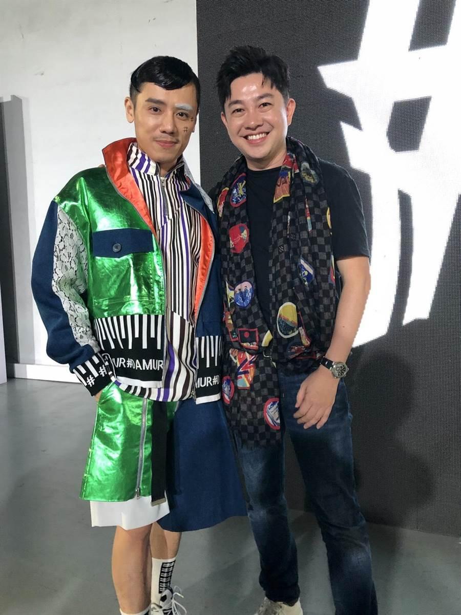 演員邱志宇(左)和造型大師李明川合影。(海鵬提供)