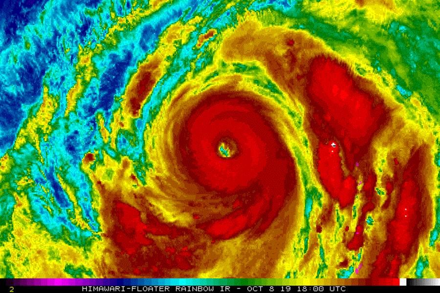 日本向日葵8號拍攝到的哈吉貝颱風影像,颱風眼已明顯擴大,且環流相當廣闊。(圖擷自台灣颱風論壇)