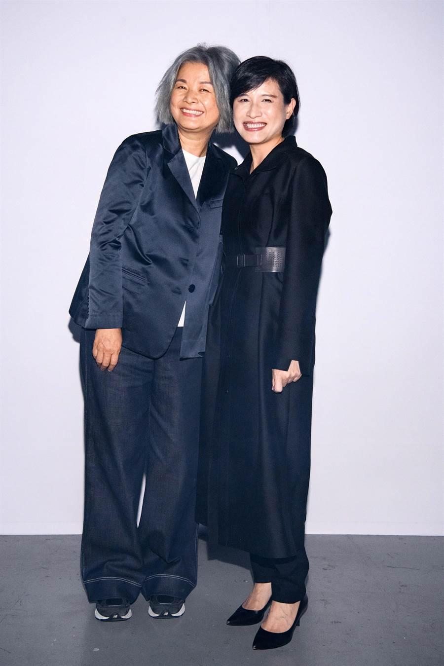 文化部長─鄭麗君(右)於國慶連假前一天,身穿JAMEI CHEN品牌絲麻混紡大衣特別趕來出席品牌秀,訪問時幽默說到陳季敏設計師是她的偶像。(鄧博仁攝)