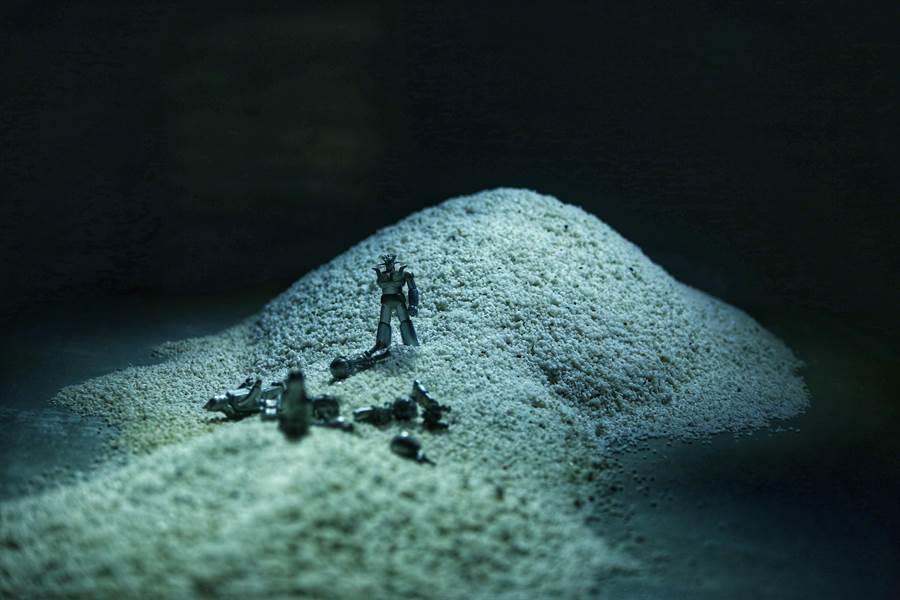 在展場設計也汲取陳季敏設計師旅行的回憶,呈現介於現實與超現實之間的場域,帶有未來感的荒漠由多達150包白沙堆積而成。(鄧博仁攝)