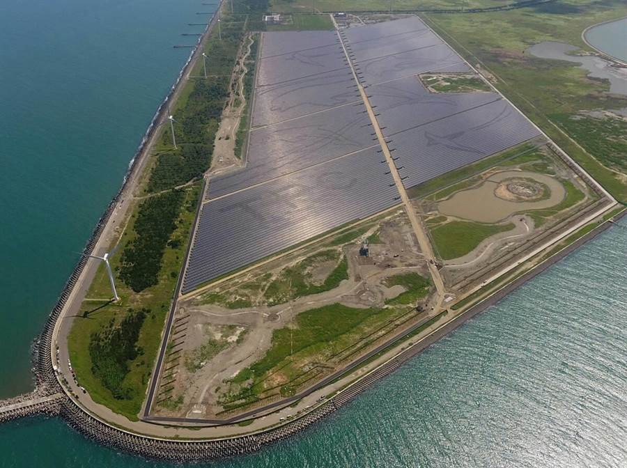 號稱目前全國最大的彰濱太陽光電場今天舉行完工典禮,台電表示,以後每年可生產近1.4億度電。(台電提供)