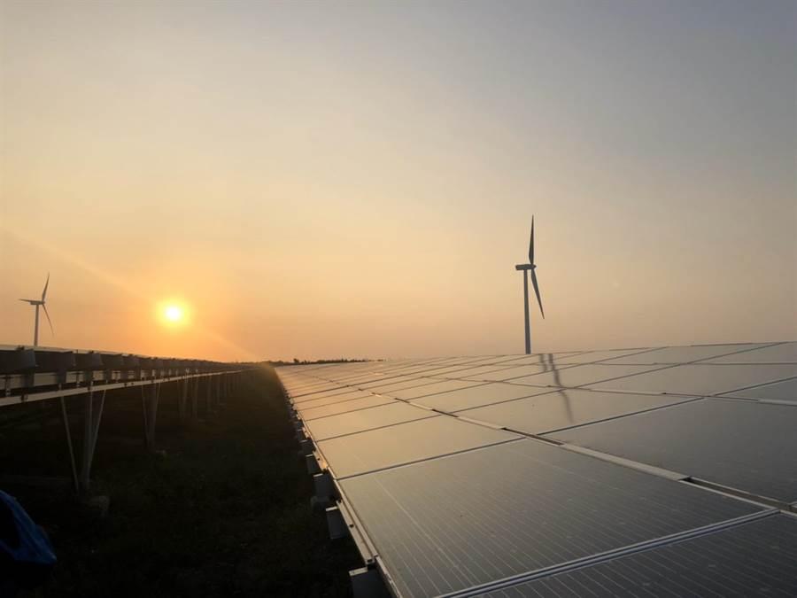 落日餘暉下的彰濱光電場,搭配周遭風機,非常美麗。(王玉樹攝)