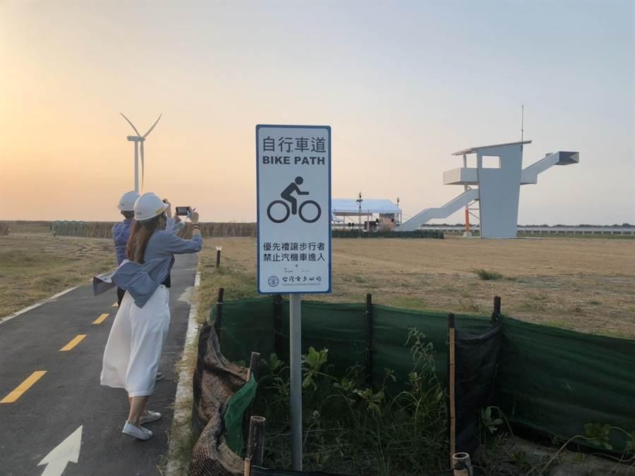 彰濱光電場設置觀景台,自行車道與人行步道,民眾未來可在附近欣賞大片光電美麗景致。(王玉樹攝)