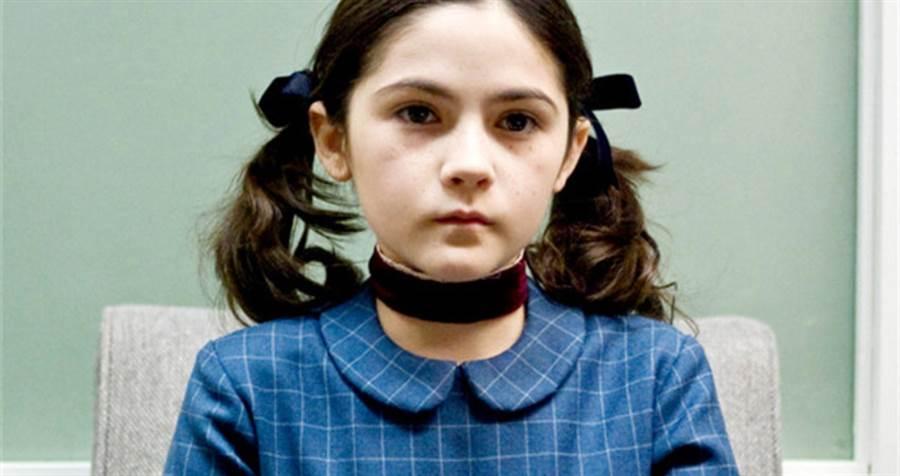 恐怖片《孤兒怨》相當經典,女主角可怕養女10年後竟曾為陽光正妹。(圖/《孤兒怨》電影劇照)