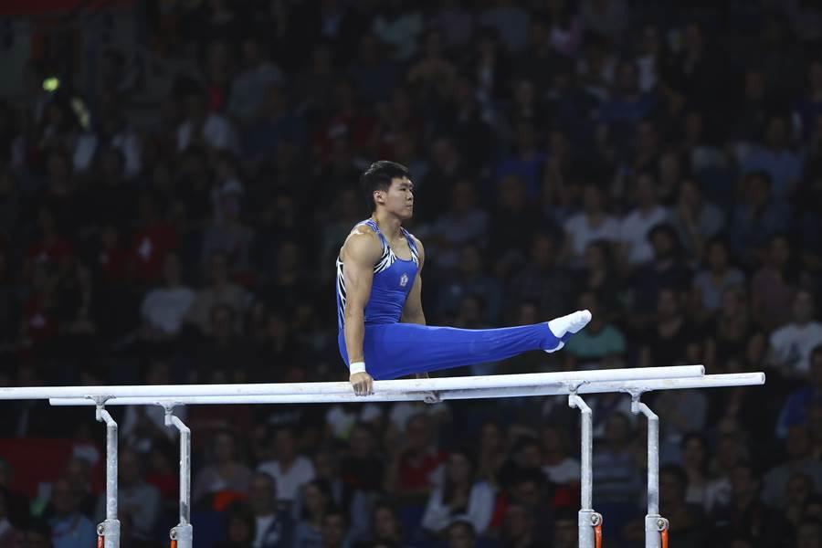 2019體操世錦賽男子成隊決賽,唐嘉鴻於雙槓奮力表現。(美聯社)
