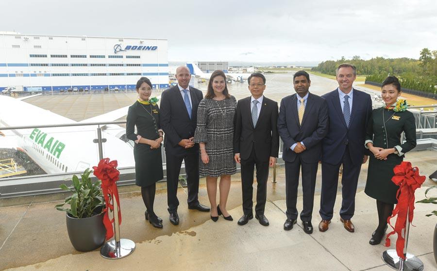 長榮航空於波音南卡羅來納廠舉行第四架787-10交機儀式,由左二起為波音民用飛機集團香港總經理約翰‧金斯曼、波音亞太區民用航空市場銷售副總裁克莉絲提‧芮斯、長榮航空總經理孫嘉明、美國奇異航空GEnx總經理默漢卓‧奈爾、波音787營運副總裁戴瑞‧拉森。圖/波音提供