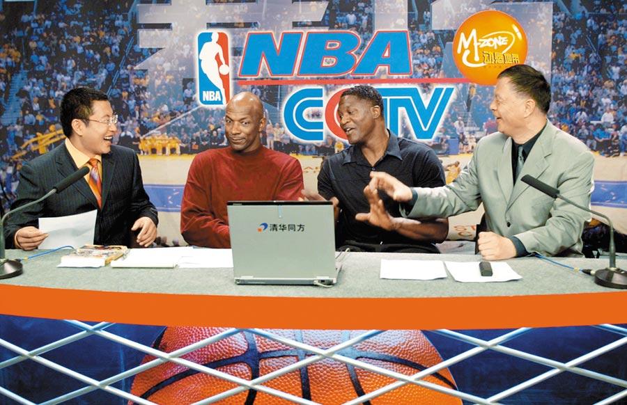 NBA火箭隊總管莫雷與NBA總裁亞當‧肖華接連「放火」後,大陸央視8日宣布暫停播出所有NBA賽事。圖為多年前退役NBA球星在央視體育頻道受訪的畫面。(新華社)