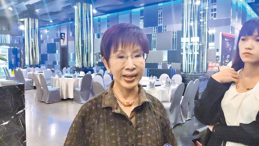 參選台南市第六選區立委的國民黨前主席洪秀柱8日出席洪門活動,對於新北市長侯友宜不辦國慶升旗。她說,這不代表他不愛中華民國。(賴佑維攝)