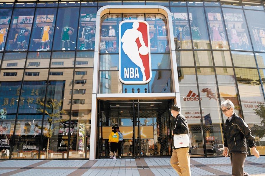 大陸央視及騰訊等龍頭媒體,8日宣布暫停播出NBA賽事。圖為北京王府井一家賣有NBA商品的百貨公司。(路透)