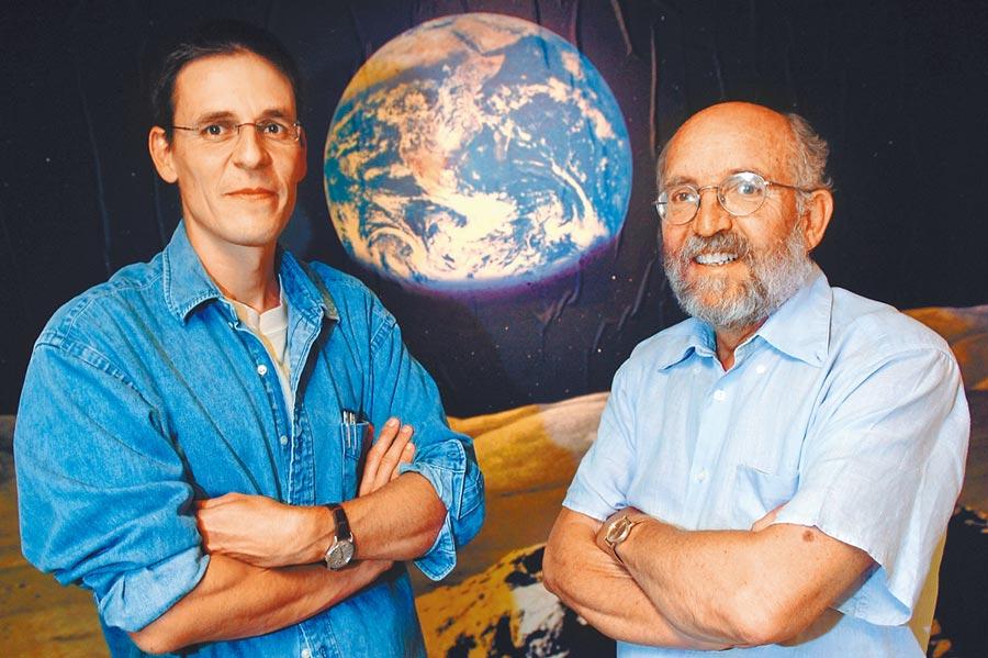 麥耶(右)與奎洛茲(左)找到太陽系外的行星,這顆被命名為「飛馬座51b」(51 Pegasi b)的行星充滿氣體,跟太陽系內最大的木星體積相仿,可能足以證明人類不再是孤獨的。(美聯社)