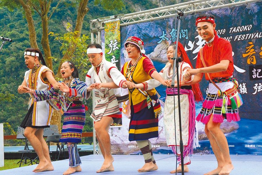 舞者穿著太魯閣、賽德克、阿美、布農、噶瑪蘭、撒奇萊亞等6個花蓮原住民族群傳統服裝亮相,特別引人注目。(王志偉攝)
