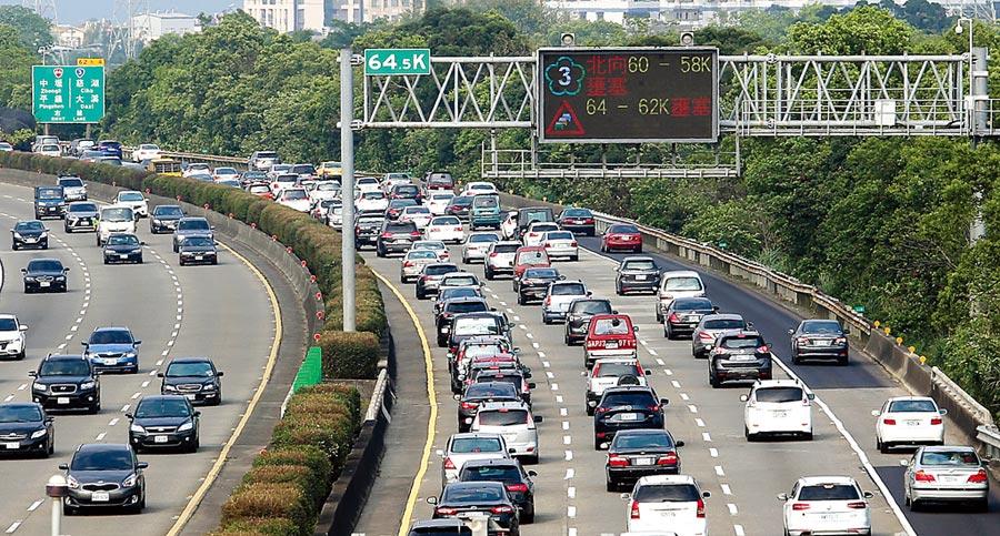 即將進入4天國慶連續假期,交通部高速公路局預估,今日下午4時左右會出現第一波南下車潮,預估到晚間8時左右舒緩。圖為清明連假車潮。(本報資料照片)