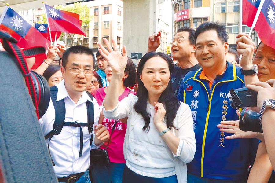韓國瑜夫人李佳芬(中)日前到板橋為林國春(右)造勢。(吳亮賢攝)