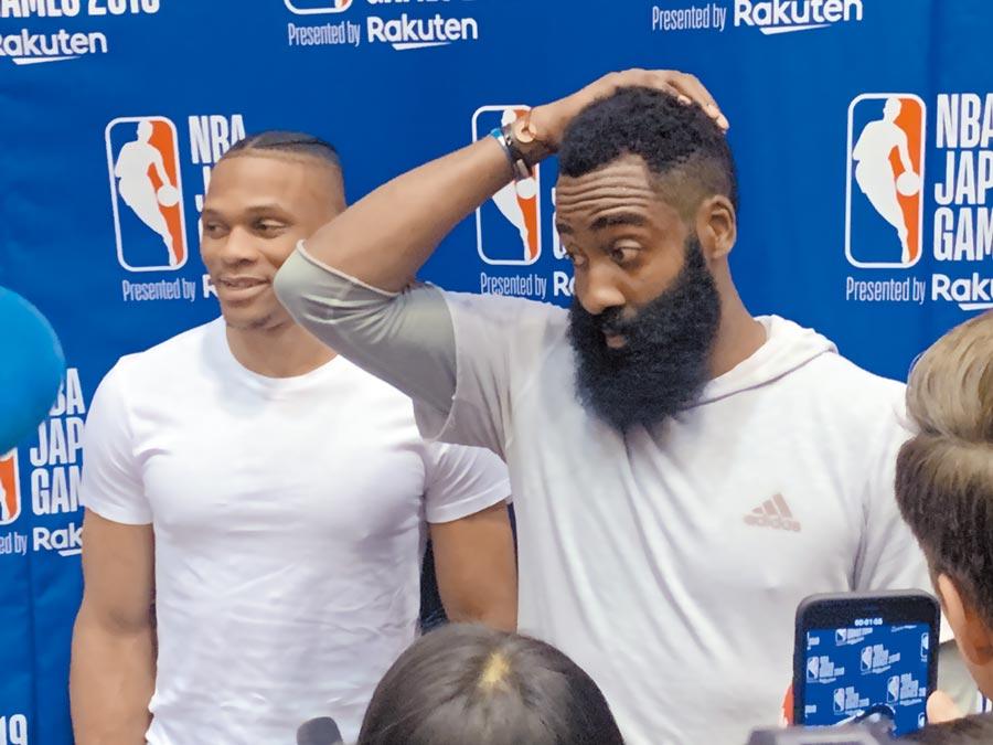 NBA火箭總管挺港言論延燒,當家球星哈登(右)攜同隊球星威少公開道歉。(取自新浪微博@球和可樂小號)