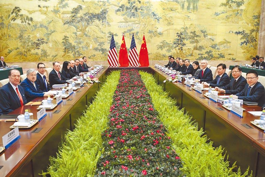 2月14日,大陸國務院副總理劉鶴與美國貿易代表共同主持中美經貿高級別磋商開幕式。(新華社)