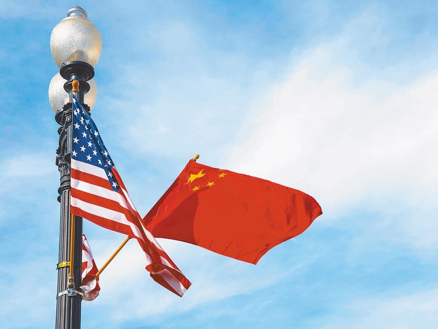 中美或許暫擱爭議。圖為華盛頓憲法大道旁插了中美兩國國旗。(新華社資料照片)