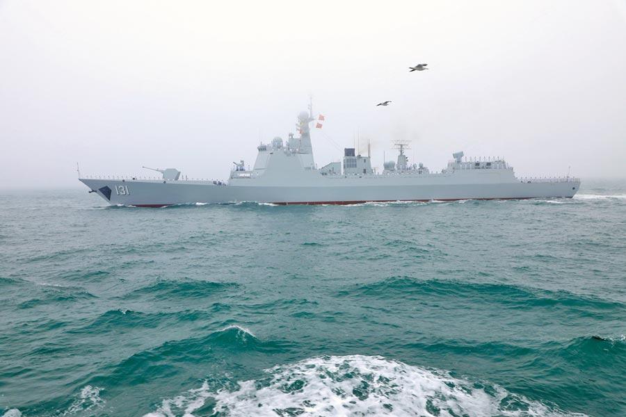 4月23日,解放軍海軍70周年海上閱艦活動在青島舉行,「太原」號飛彈驅逐艦亮相。(新華社)