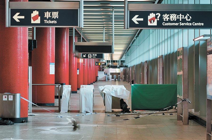 港鐵多個車站被示威者嚴重破壞,將軍澳站8日繼續關閉。(中新社)