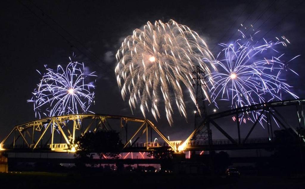 直播》高屏共享!42分鐘史上最長 國慶焰火看這裡。圖為之前試放照。(資料照 林和生攝)