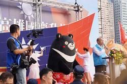 尷尬!韓演說國旗背板突崩蹋 險步小英後塵