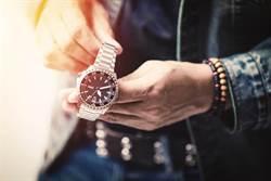 女七百元買沙發 爽賺百萬罕見名錶
