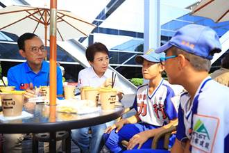 盧秀燕國慶與老朋友、小朋友相見歡  鼓勵小小球員持續追夢