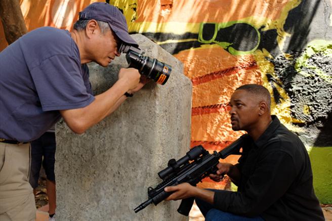 李安(左)與威爾史密斯溝通拍攝狀況。(UIP提供)