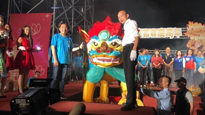 左營萬年季10日開幕,高雄巿長韓國瑜為火獅點睛。(高巿府民政局提供/曹明正高雄傳真)
