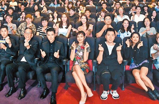 阿喜(右起)、梁赫群、姚以緹、邱澤、龍劭華等人前晚赴影廳問候觀眾。(華映提供)