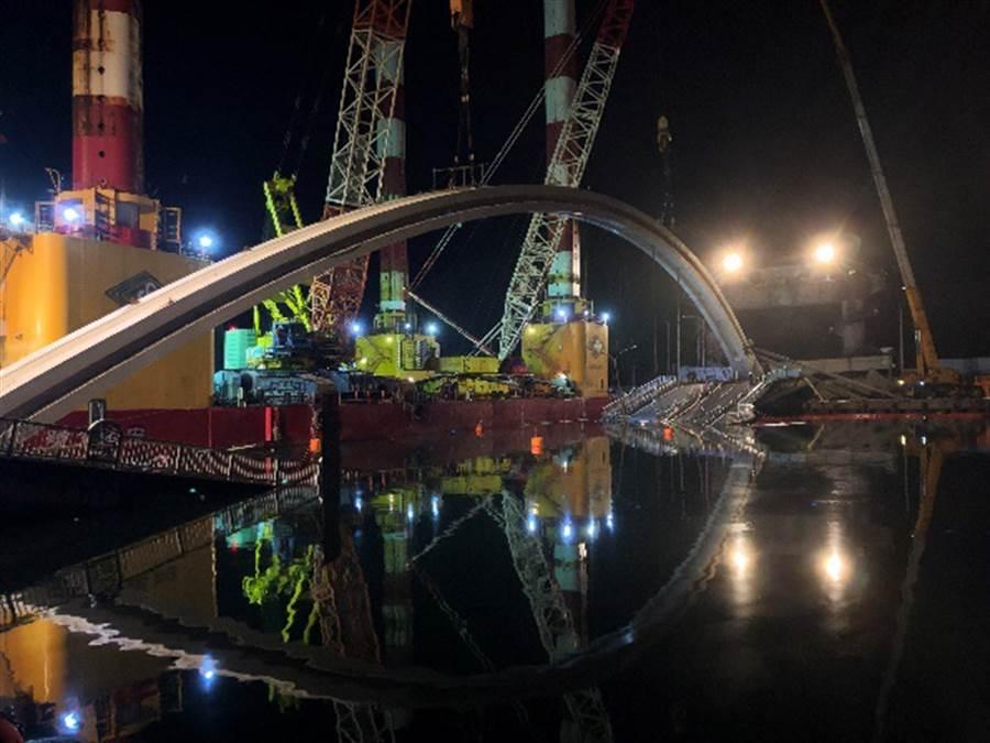 南方澳斷橋今天凌晨拆除,圖為晚間拆除前置作業(圖/臺灣港務股份有限公司提供)