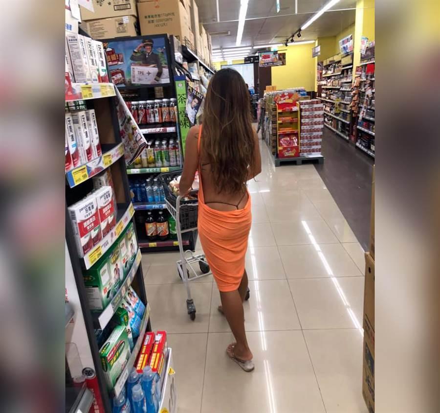 超市捕捉「黑丁美尻妹」背影辣爆(圖/摘自臉書《加藤軍路邊隨手拍》)
