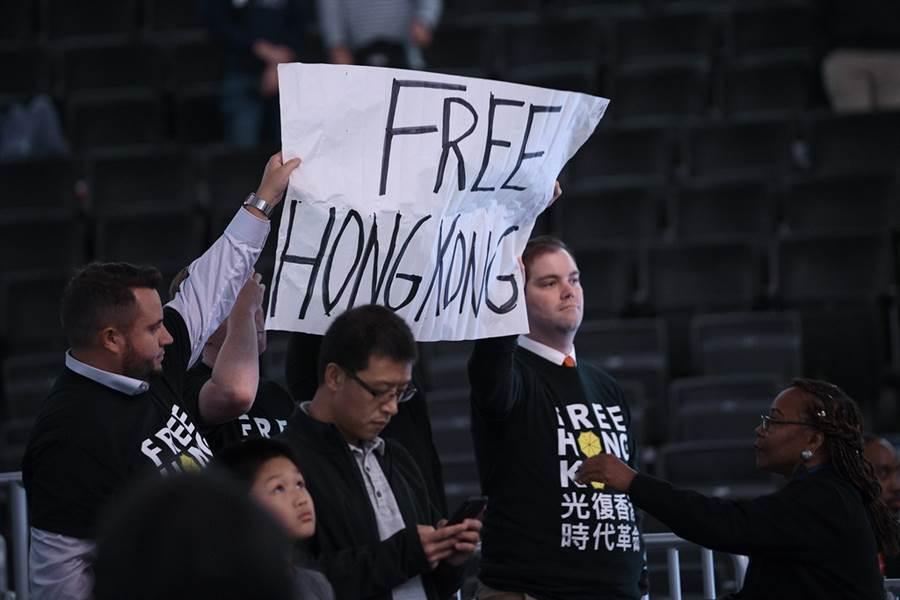 巫師與廣州熱身賽場邊仍有球迷高舉力挺香港標語。(美聯社)