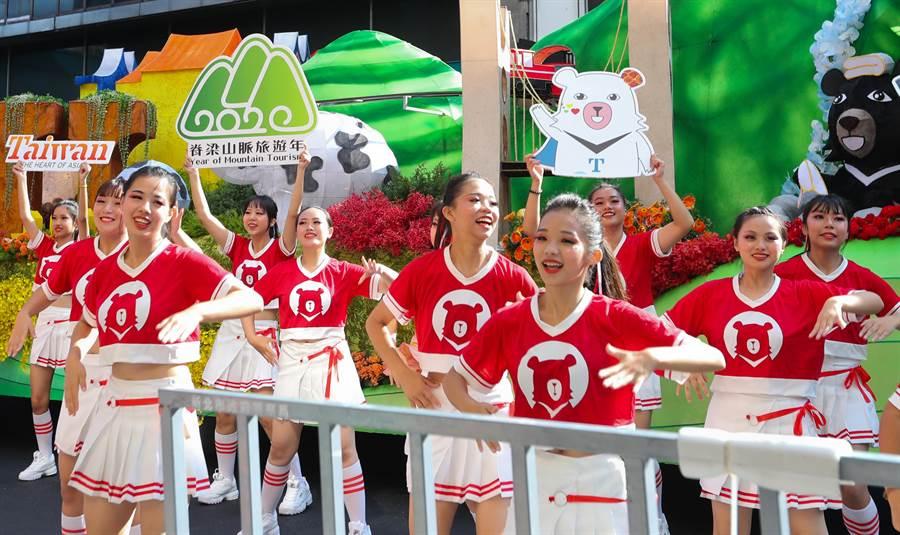 108年國慶大會10日在總統府前廣場登場,會前,參與國慶花車遊行的同學們加緊練習,展現年輕人的活力與朝氣。(劉宗龍攝)