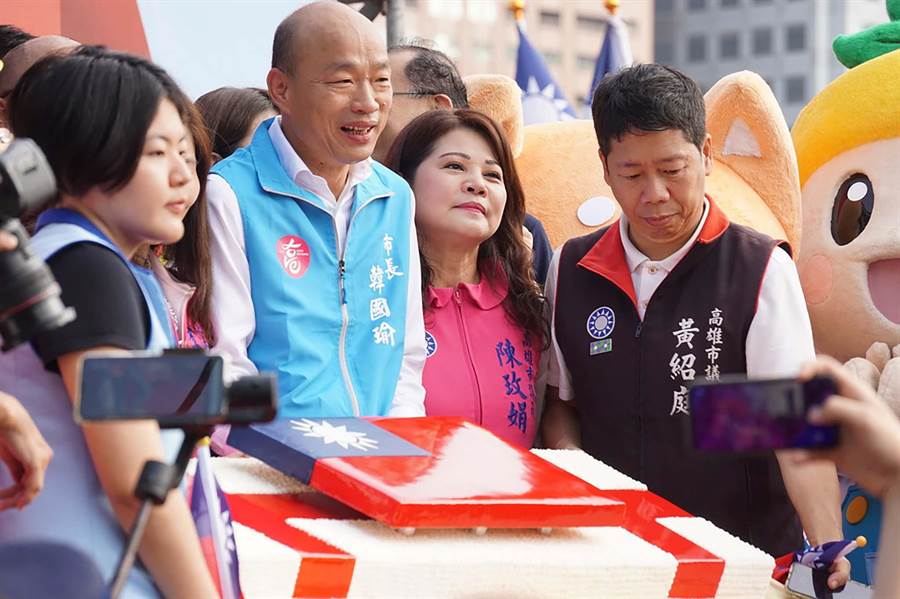 高雄市長韓國瑜切特製大蛋糕,慶祝中華民國108歲生日。(柯宗緯攝)