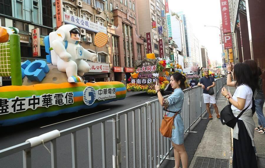 108年國慶大會10日在總統府前廣場登場,多部的國慶花車遊行車隊停在重慶南路  上預備,不少民眾搶先目睹花車風采,並拿手機出來拍照留念。(劉宗龍攝)