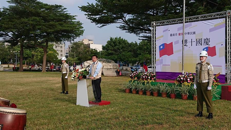 台南市長黃偉哲參加升旗典禮後,在國旗與憲兵前致詞。(程炳璋攝)