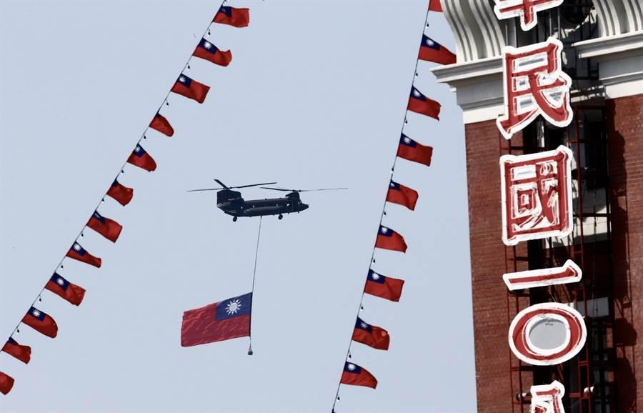 中華民國 108年國慶大會10日在總統府前舉行,陸軍CH-47直升機吊掛巨幅國旗,通過總統府前。(陳信翰攝)
