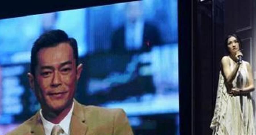 古天樂在錄製的VCR自爆「剛剛訂婚」 。(圖/微博)